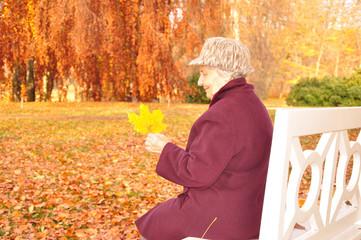 Zufriedene ältere Dame entspannt sich im Park
