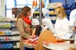 Kundin kauft Medikamente in Apotheke