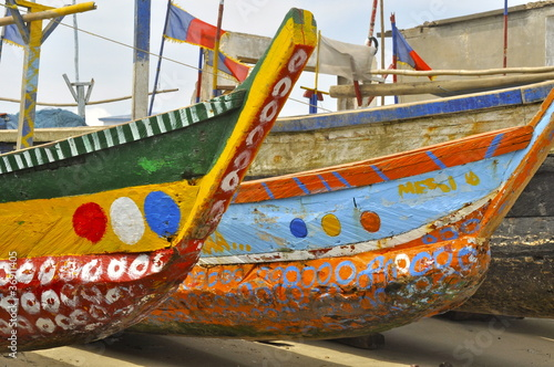 Leinwanddruck Bild Bunt bemalte Boote am Ufer