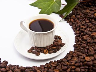 taza de café negro con granos de café tostado