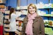 erwachsene Frau in der Apotheke