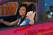 Frau mit neuem Auto und Autoschlüssel