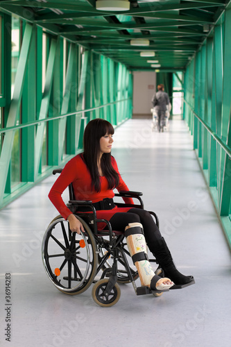 Frau mit Gipsbein und Rollstuhl im Krankenhaus