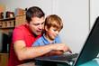 Mann und Kind mit Laptop