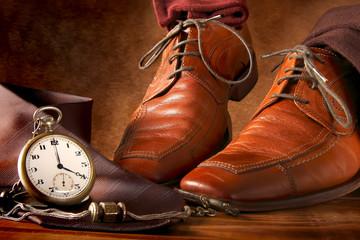 Scarpe e calzini con orologio a cipolla d'epoca
