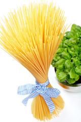Italienische Spaghetti mit frischem Basilikum
