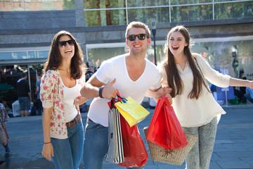Kavalier trägt Einkaufstaschen