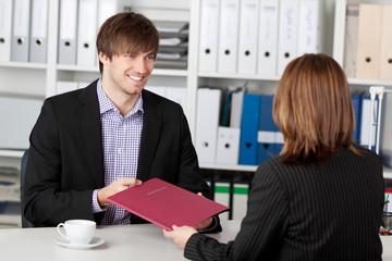 lächelnder mann im bewerbungsgespräch