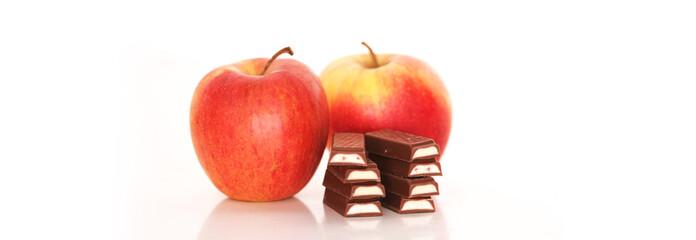 zwei Äpfel mit Schokoriegeln