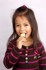 petite fille qui mange une glace