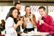 Freunde trinken Milchkaffee und essen Kuchen