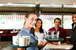Frau als Bedienung in einem Restaurant