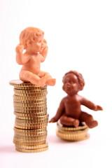 Münzen und Kinderfiguren
