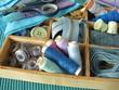 Blaue Nähutensilien im Holzkästchen