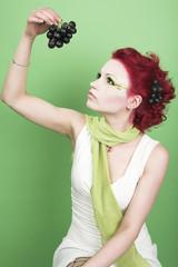 Junge Frau mit Weintrauben
