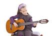 Mädchen beim Gitarrenspiel
