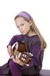 Mädchen spielt Gitarrre