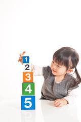 数字を積み上げる女の子