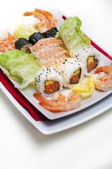 sushi e gamberi su fondo bianco