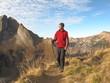 Wanderer auf alpinem Höhenweg