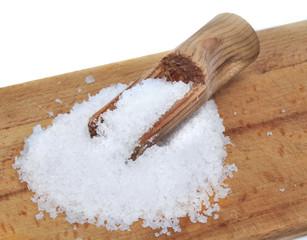 gros sel sur planche en bois avec cuillère