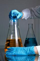 Mezclando fluidos en un matraz