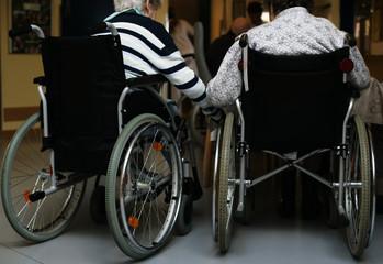 zwei im Rollstuhl