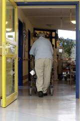 im Rollator im Pflegeheim unterwegs
