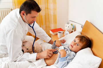 Arzt bei Hausbesuch. Untersucht Kind.