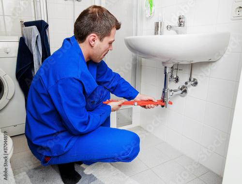 Klemptner repariert Waschbecken