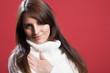 Schüchterne Frau trägt weißen Pullover