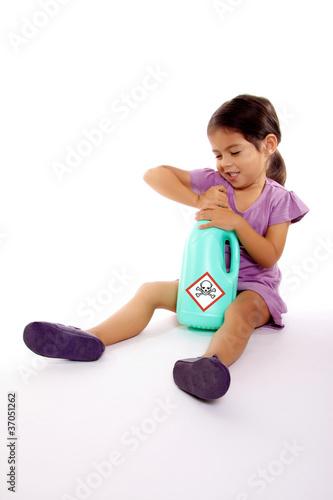 Accident domestique enfant danger produit toxique photo Accident domestique enfant