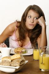 Junge Frau ohne Appetit