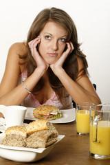 Junge Frau leidet an Appetitlosigkeit