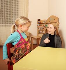 Mutter mit Tochter zeigt Daumen hoch