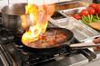 in der Restaurantküche - Zubereitung eines Rumpsteaks