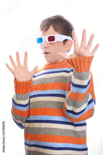 Child in 3d glasses has fear