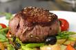 Steak mit Salat - auf grünem Spargel und Kartoffelscheiben