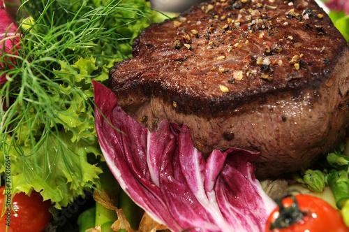 Steak mit Salat - auf grünem Spargel