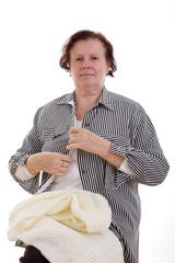 Seniorin zieht sich an