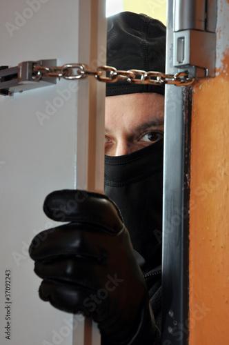 Einbrecher öffnet Tür