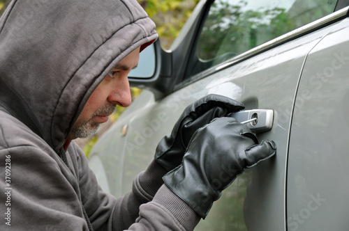 Autodieb bricht Autotür auf