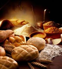 tavolo della cucina con pane  farina e spighe di grano