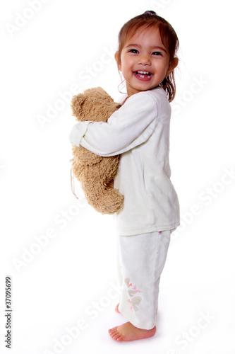 petite fille enlace sa peluche doudou