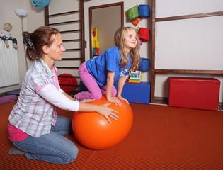Mutter und Kind beim Spielen mit Ball