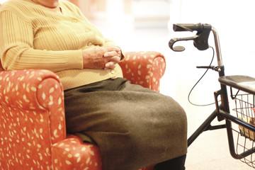 Altersruhe im Sessel