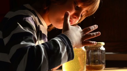 Bambino mangia il  miele