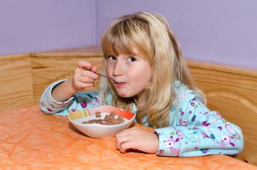 Mädchen beim Frühstücken