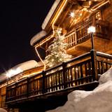 Chalet alpino con albero di Natale