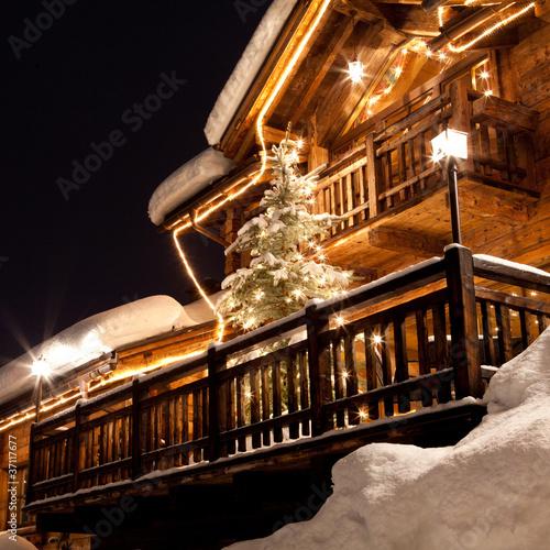 Leinwandbild Motiv Chalet alpino con albero di Natale